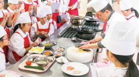 経験豊かな一流料理人にプロの技術と心構えを学ぶ。