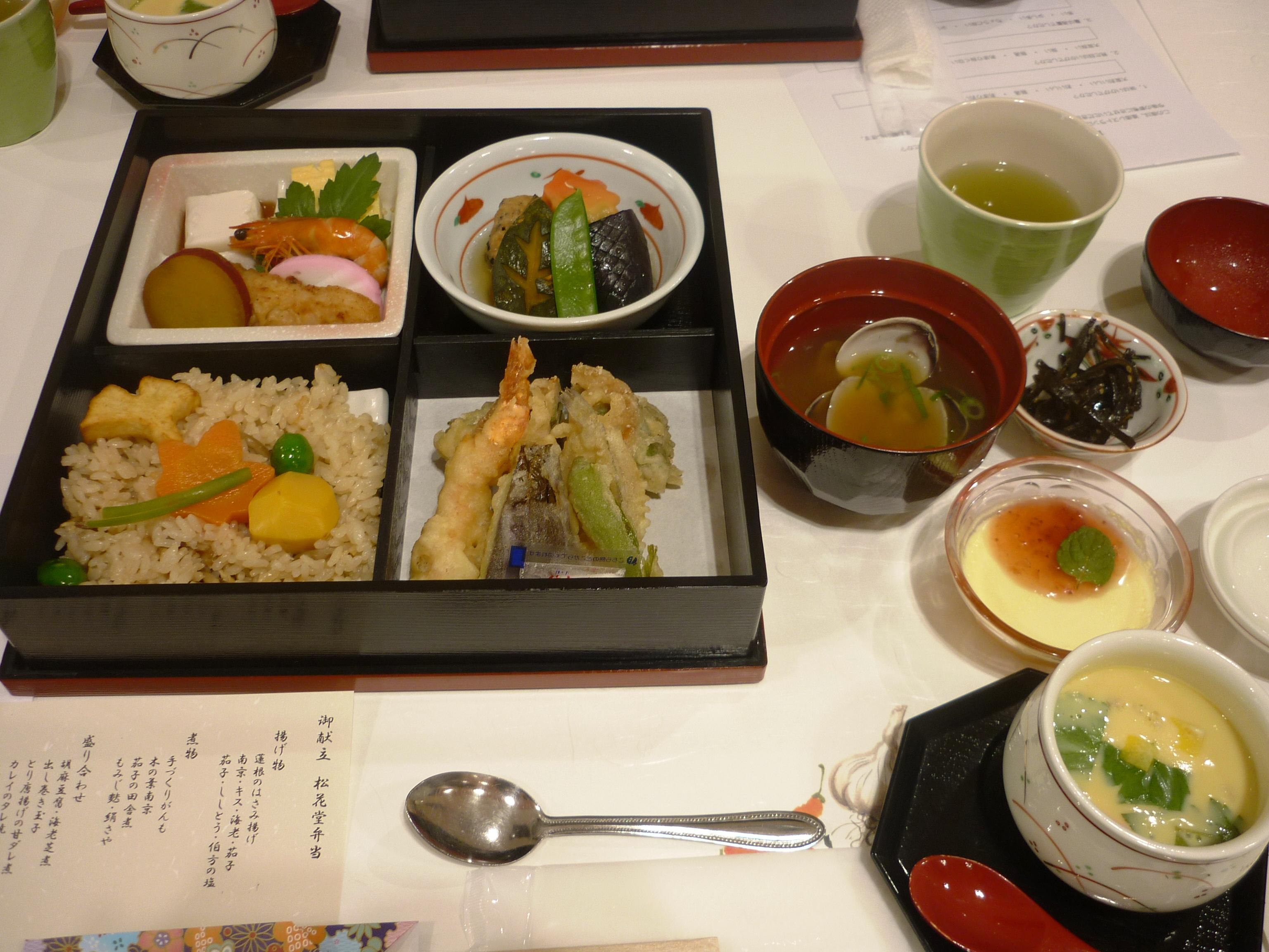 松花堂弁当、浅利の味噌汁、茶碗蒸し、佃煮、南京ムース