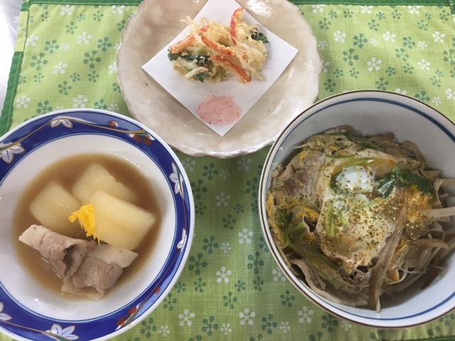 柳川もどき風丼、白魚のかき揚げ、大根味噌煮