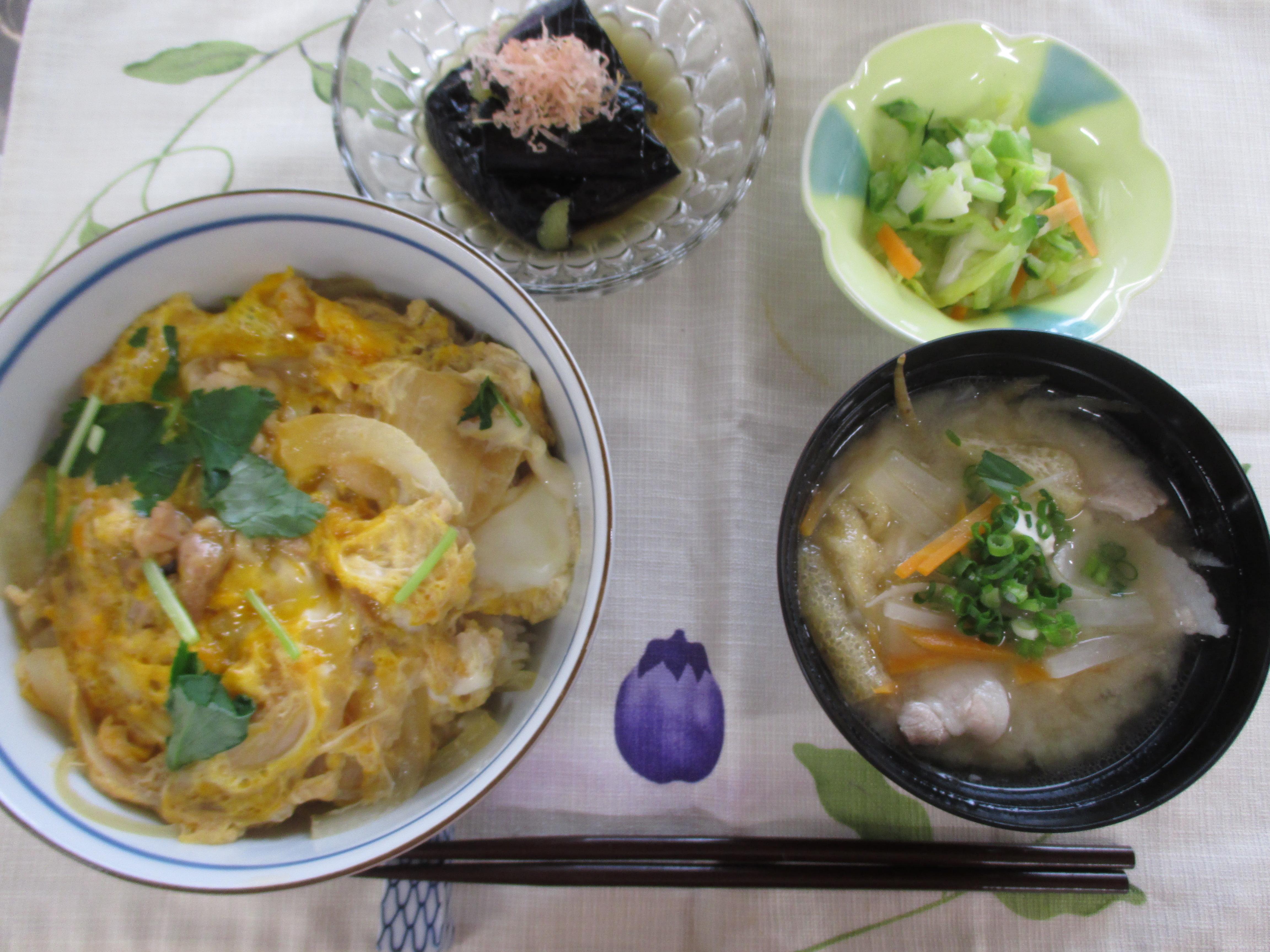 親子丼、茄子の田舎煮、漬物、豚汁